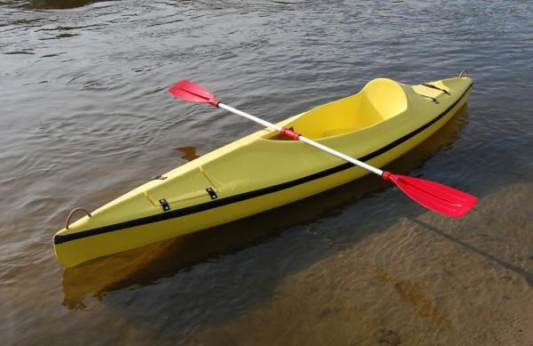 узкая лодка для соревнований по гребле