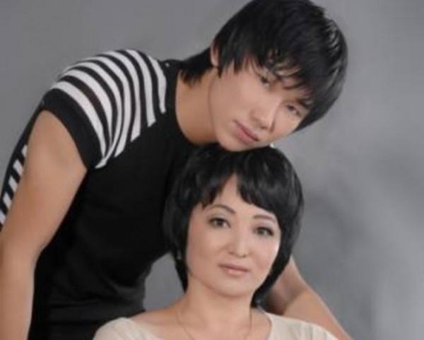 мать певца Кайрата Нуртаса