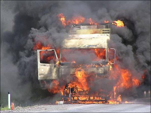 горит грузовик