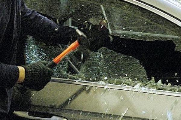 хулиган стекло авто