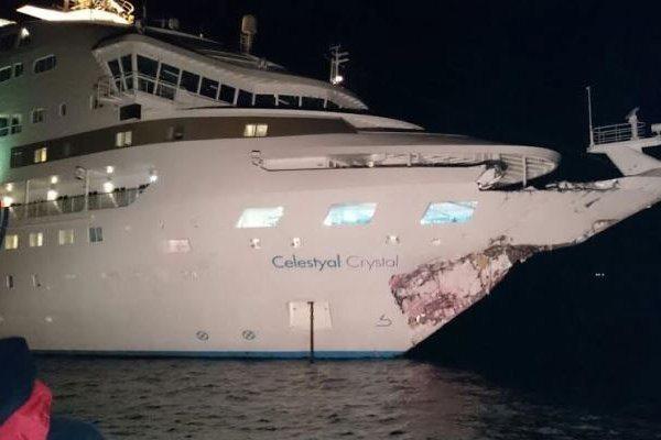 Круизный лайнер столкнулся станкером уберегов Турции