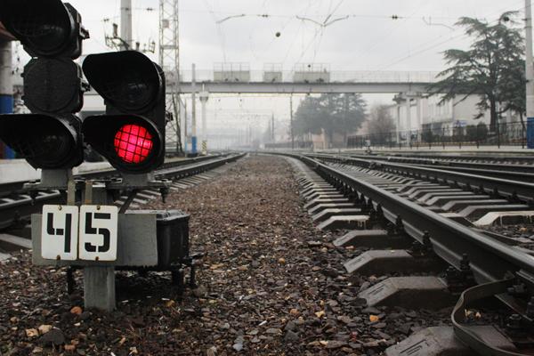 Под Петрозаводском грузовой поезд наехал належавшего нарельсах мужчину