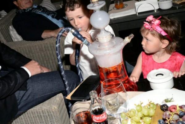 ребенок курит кальян