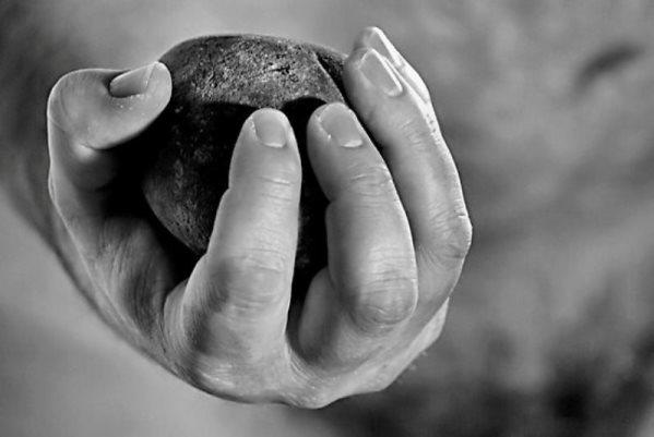 камень бросать