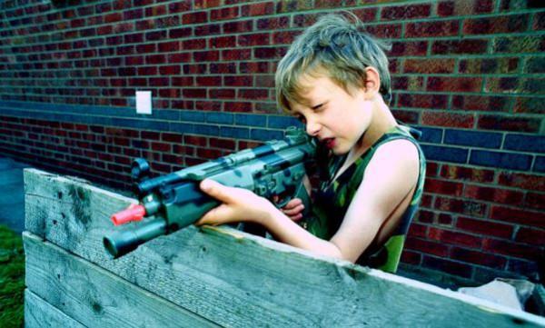 мальчик винтовка