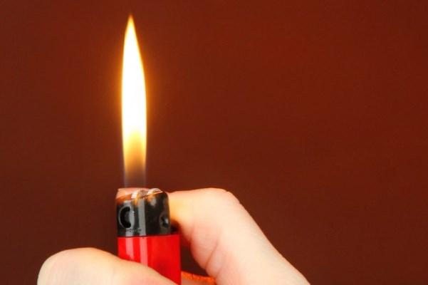 ВПетербурге ребенок  попытался поджечь школьника, облив его горючим