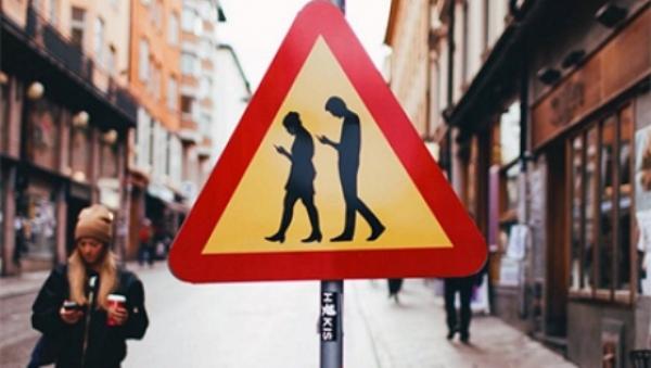 В столице Финляндии по примеру Стокгольма установили дорожные знаки: «Люди с мобильниками»