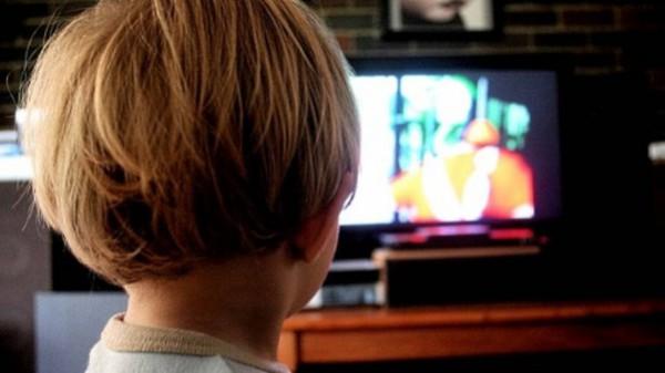 ребенок мальчик телевизор