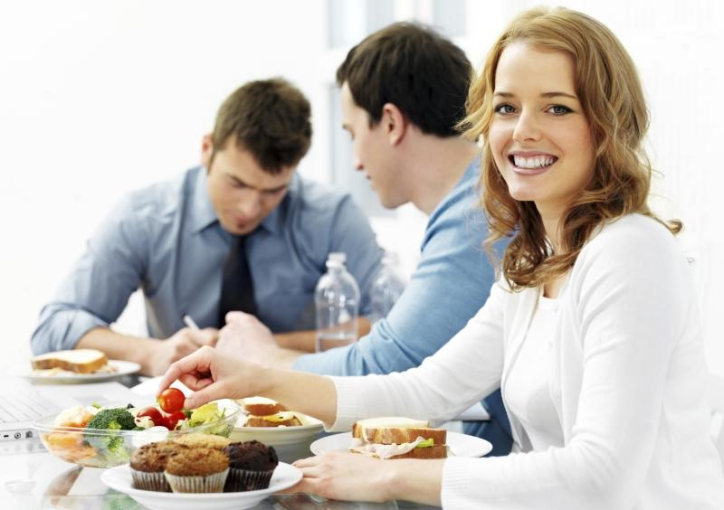 Обеды с коллегами повышают рабочую эффективность, считают ученые