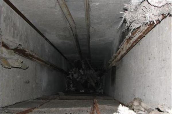 Рабочий умер, упав вшахту лифта настройплощадке вМосковском районе Петербурга