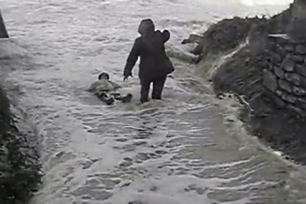 Во Франции огромные волны смыли туристов в море. Видео