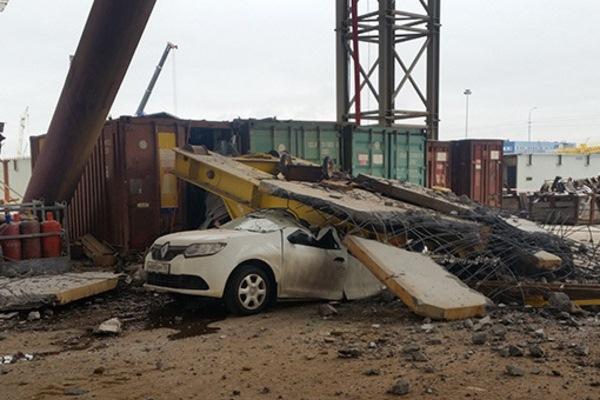 Упавшие конструкции весом 756 тонн раздавили машину на Канонерском острове
