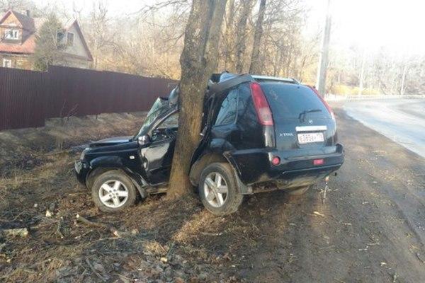 ВКрасном Селе вседорожный автомобиль Ниссан X-Trail намотало надерево
