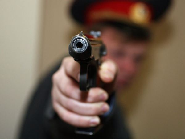 полицейский выстрел пистолет