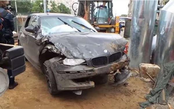 Автомобиль BMW упал в котлован на шоссе Энтузиастов, пострадавших нет