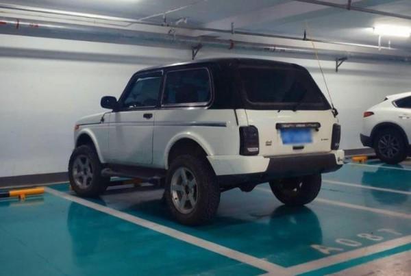 Lada 4x4, двухцветная, Китай