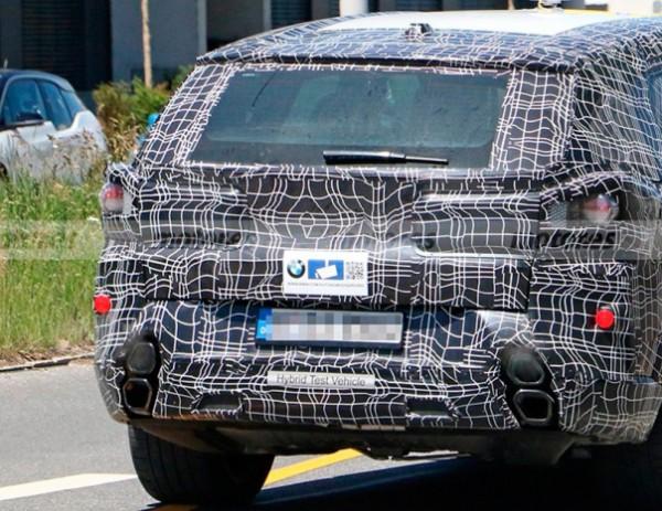 BMW X8, со странным выхлопными трубами